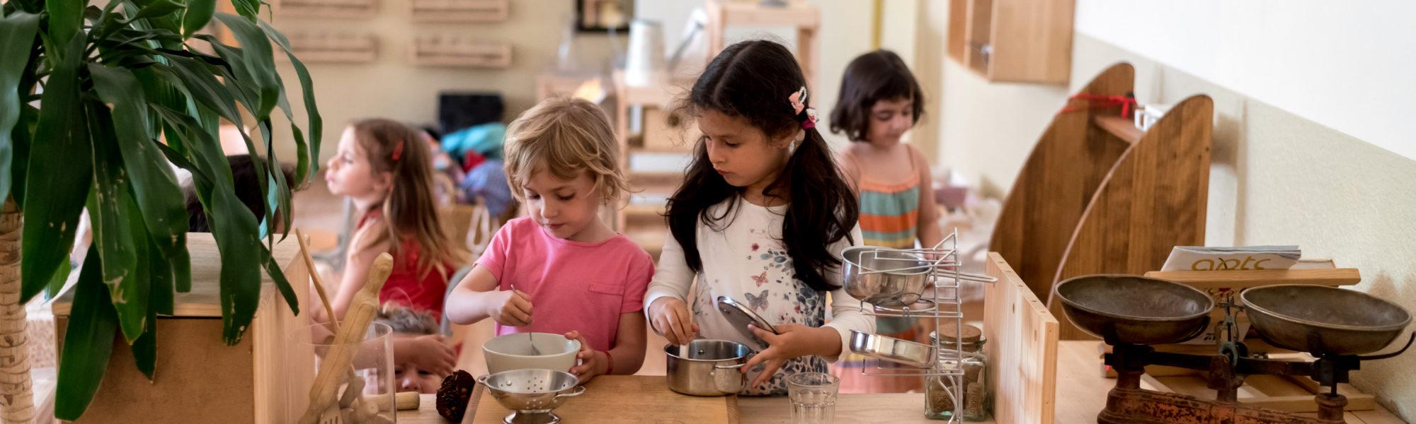 Nens treballant amb estris de cuina
